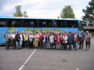 Gruppe vor dem Reisebus